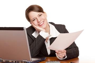 Motivierte glückliche Frau im Büro hält Vertrag in Händen