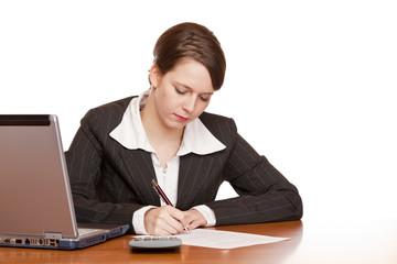 Attraktive Frau im Büro am Schreibtisch unterschreibt Vertrag