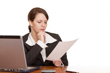 Frau im Büro liest ernst u. konzentriert Report / Bericht
