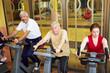 Senioren auf Spinning-Rädern