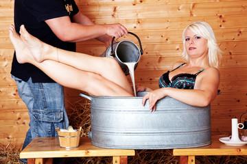 Blonde Frau badet in Milch 266