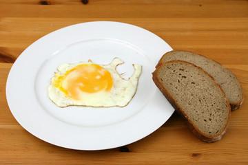 Spiegelei mit Brot