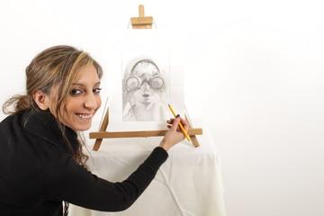 Eine hübsche Künstlerin lächelt in die Kamera