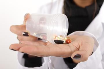 Eine Pharmazeutisch Technische Assistentin mit Vitaminkapseln