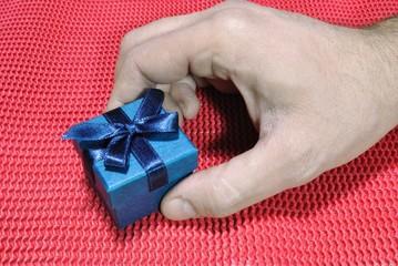 Mano che porge un regalo