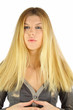 Junge Frau mit wallenden, langen blonden Haaren
