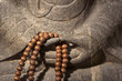 Mains de Bouddha et chapelet bouddhiste