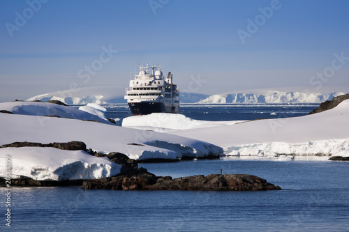 Foto op Canvas Poolcirkel cruise ship in Antarctica