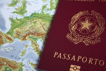 passaporto italiano su cartina geografica