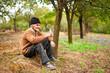 Фото со стока - Старый фермер, ношение ведро полный слив в саду.
