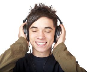 Attraktiver Jugendlicher genießt entspannt mit Kopfhörer Musik