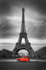 Czerwony samochód retro pod wieża Eiffla w Paryżu