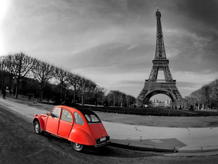 Paryż wieża eiffla i czerwony citroen 2cv