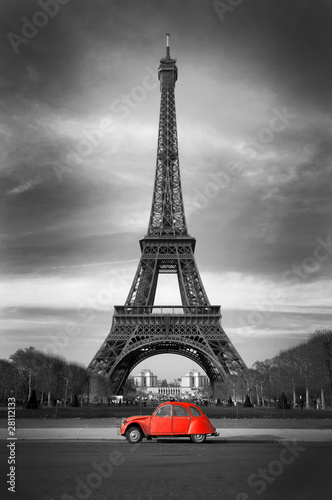 Foto op Canvas Parijs Tour Eiffel et voiture rouge- Paris
