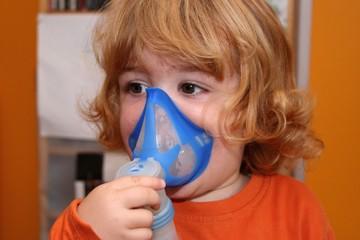Kind inhaliert mit Kaltinhalationsgerät