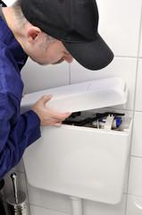 Handwerker kontrolliert Toilettenspülung