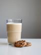 Milchkaffee und Cookies