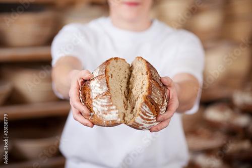 Staande foto Brood bäcker bricht brot