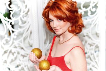 яркая девушка с золотыми шарами