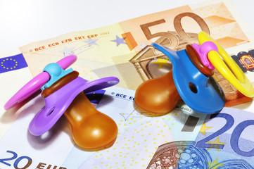 Zwei Schnuller auf Euro-Geldscheinen