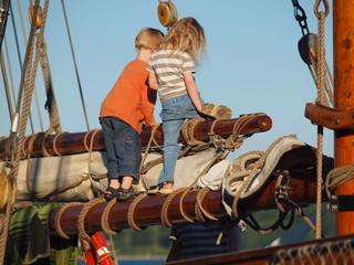 Kinder auf altem Segler