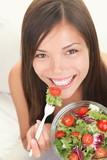 Kobieta jedząca zdrową sałatkę - 28166110