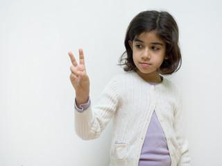 bambina che fa vittoria con le dita