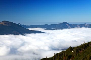 Berge mit Nebel