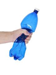 mani che schiacciare una bottiglia di plastica