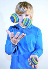 Junge jongliert