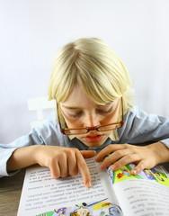 lecture d'enfant blond