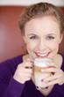 blonde frau mit latte macchiato