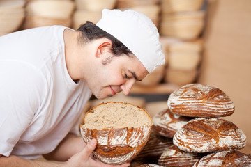 bäckermeister prüft brotqualität