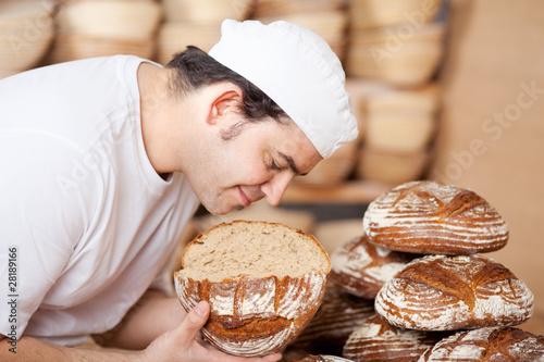 Poster Brood bäckermeister prüft brotqualität