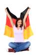 Attraktives Mädchen jubelt mit deutscher Flagge