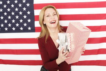 Frau vor US Flagge mit Geschenken
