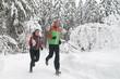 fröhliche Jogger im Schnee