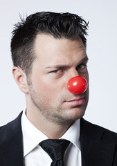 homme d'affaires clown avec regard en coin