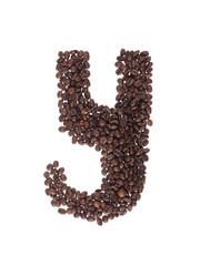 lettera fatta con chicchi di caffe su fondo bianco