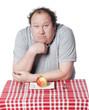gros homme interrogation devant une pomme