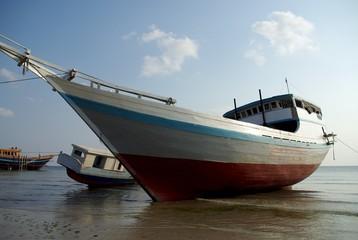 Bateaux échoués sur l plage de Bira