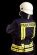 Feuerwehrmann vor schwarzem Hintergrund