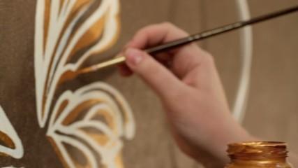 Руки художницы
