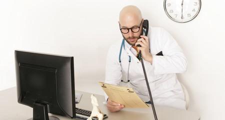 Arzt am Telefon