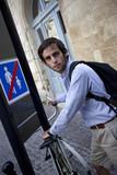 Jeune homme beau masculin ville vélo cycliste deux roues poster