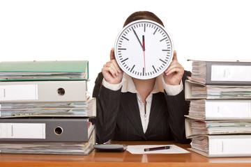 Frau im Büro hat Stress durch extremen Zeitdruck