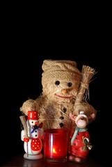 Weihnachtsdeko: Schneemann mit Räuchermännchen und Kerze