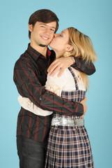Поцелуй влюбленных девушки и парня