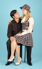 Влюбленные парень и девушка, сидящие на стуле