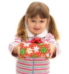 bimba che  porge un regalo